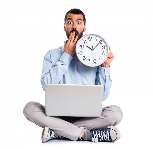 uomo-con-un-computer-portatile-in-possesso-di-un-orologio_1368-5071