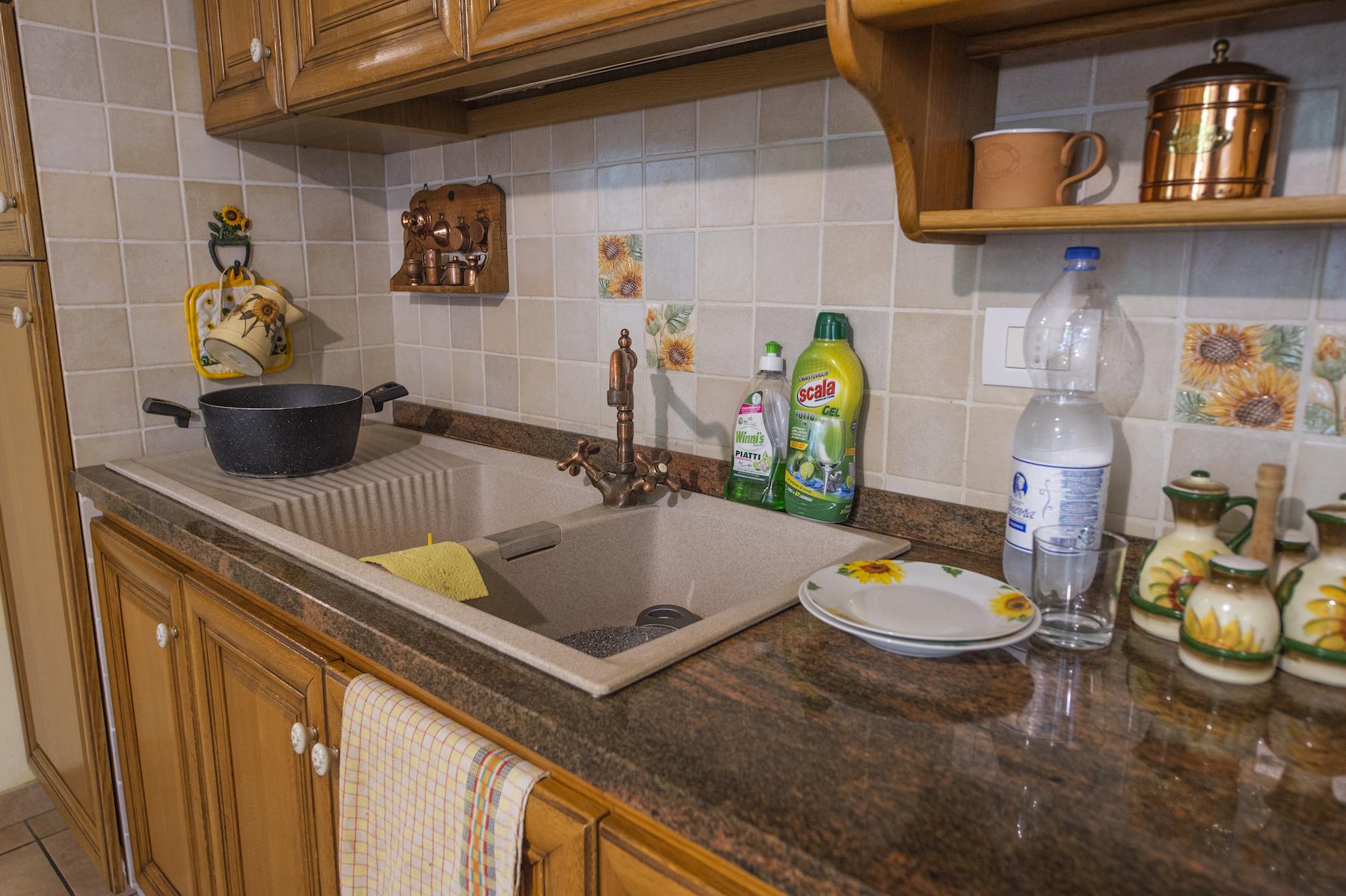 Immagine cucina con elementi superflui che creano disordine